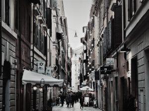 ruas estreitas, construções antigas - APÓS O COVID-19
